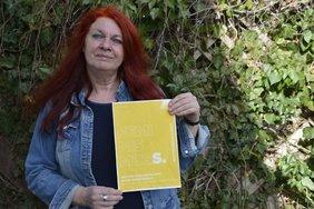 Doris Freer, ehemalige Frauenbeauftragte der Stadt Duisburg mit Mottoplakat vom IFT