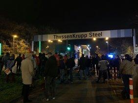 Demonstranten vor dem Tor des ThyssenKrupp Grobblechwerkes