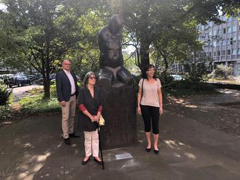 Mahnmal vor dem Rathaus Duisburg, (von rechts nach links) Oberbürgermeister Sören Link, Künstlerin Hede Bühl, DGB-Geschäftsführerin Angelika Wagner