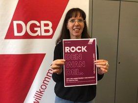 Angelika Wagner, Regionsgeschäftsführerin DGB-Region Niederrhein mit Mottoplakat vom IFT