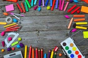 Bunte Stifte und Farben