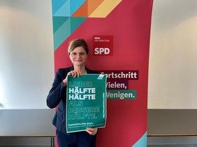 Sarah Philipp, MdL mit Mottoplakat vom IFT