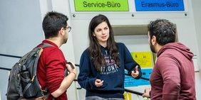 Studierende diskutieren an einer Hochschule in NRW