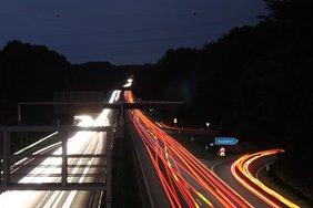 Beleuchtete Autobahn bei Nacht