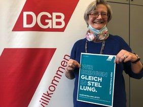 Helga Kuhn, Vorsitzende des DGB-Frauenausschuss der DGB-Region Niederrhein mit Mottoplakat vom IFT